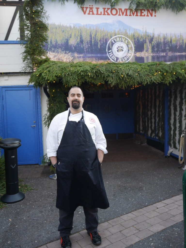 Köksmästare Samuel Cabrera hälsar oss välkomna in i matparadiset.