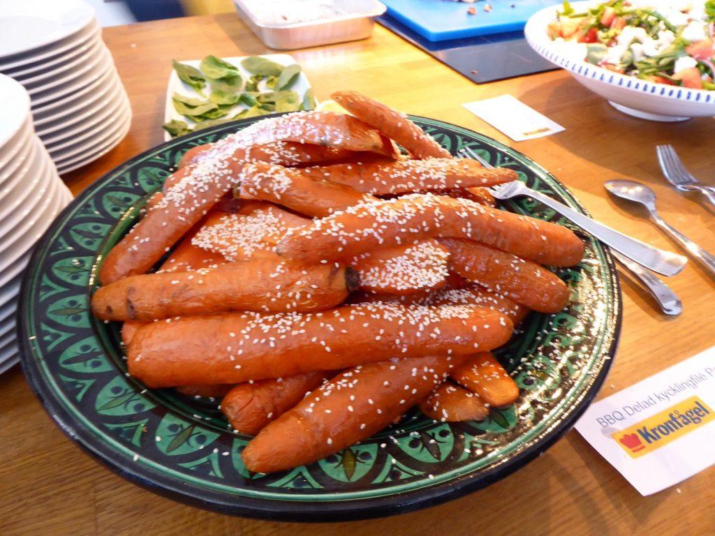 BBQDelad kycklingfilé Paprika & Chipotle med honungsrostade morötter sesamfrön och hummus