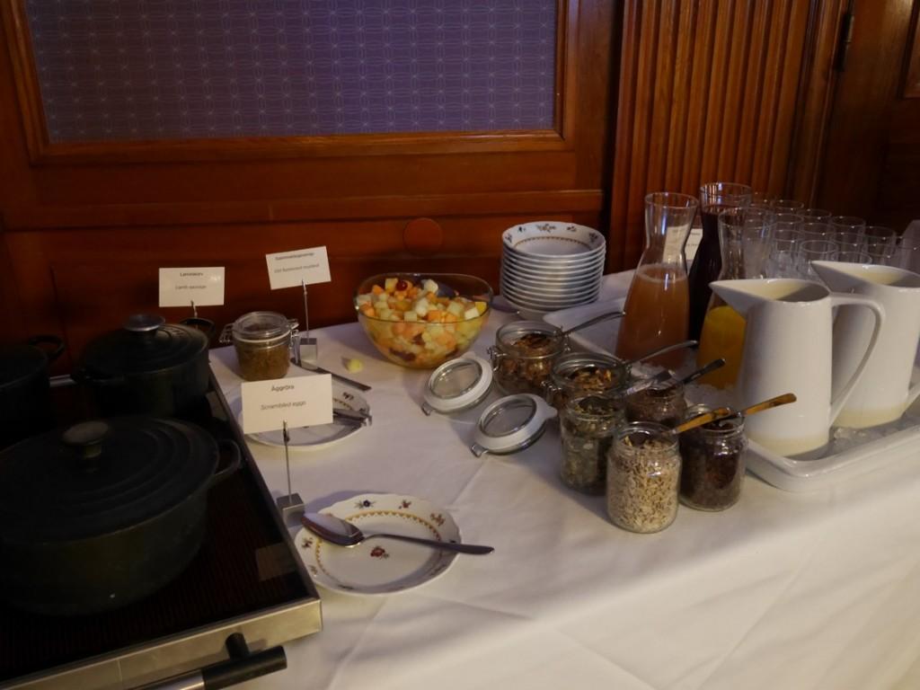 Äggröra, bacon, korvar, kokta ägg, yoghurt, flingor, juice etc