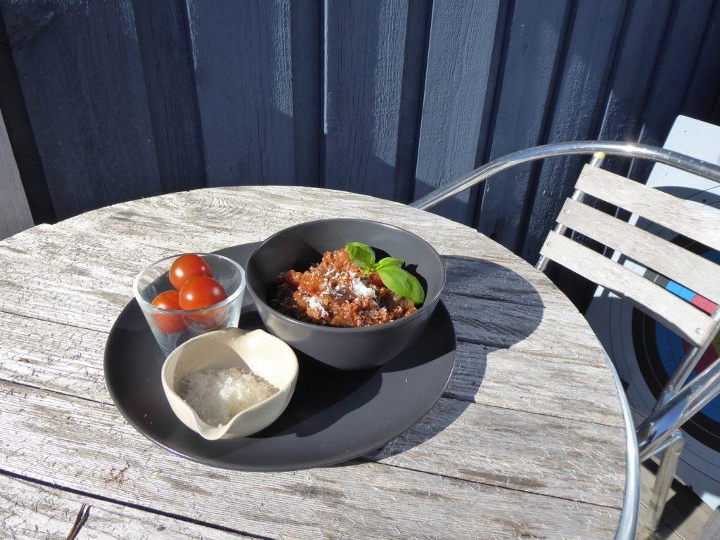 Vilken dröm att få äta ute på altanen i solvärmen!