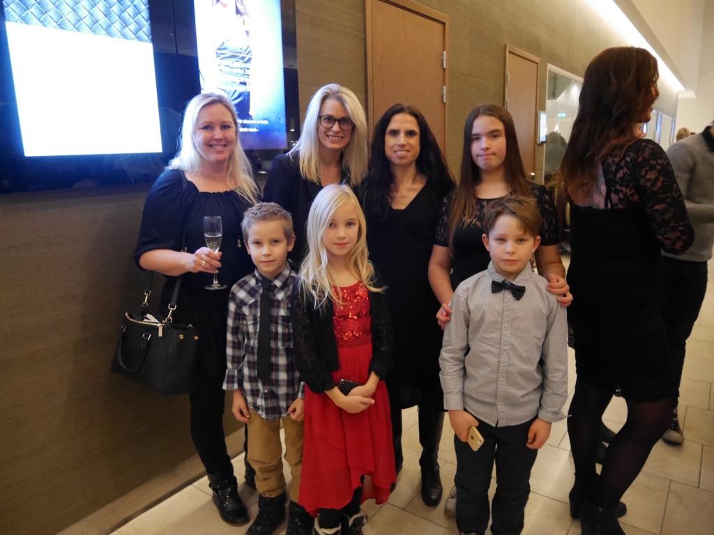 Annelie, Lisa, jag, Filippa, Max, Smilla och Gustaf ute i foajén.