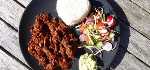Här har jag valt att servera mitt kött med ris, grönsaker och guacamole.