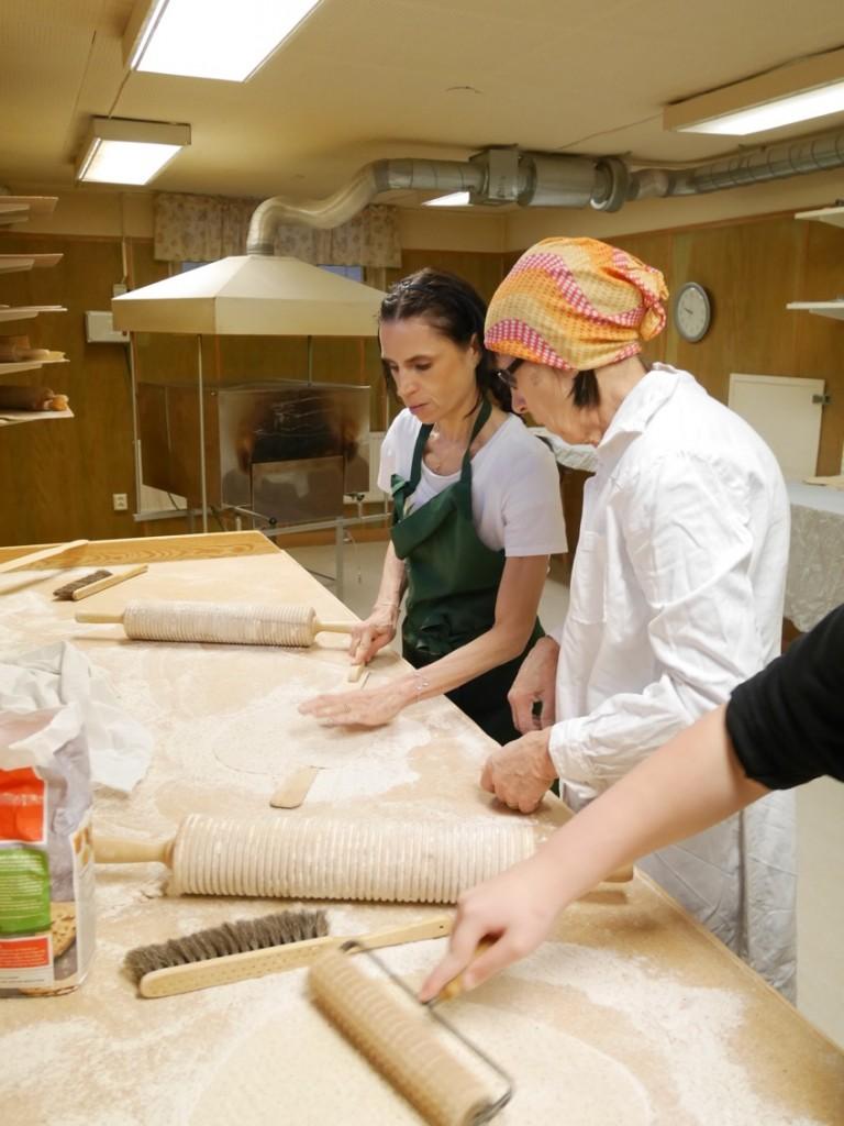 En helt fantastisk upplevelse att få lära sig traditionen att baka tunnbröd.