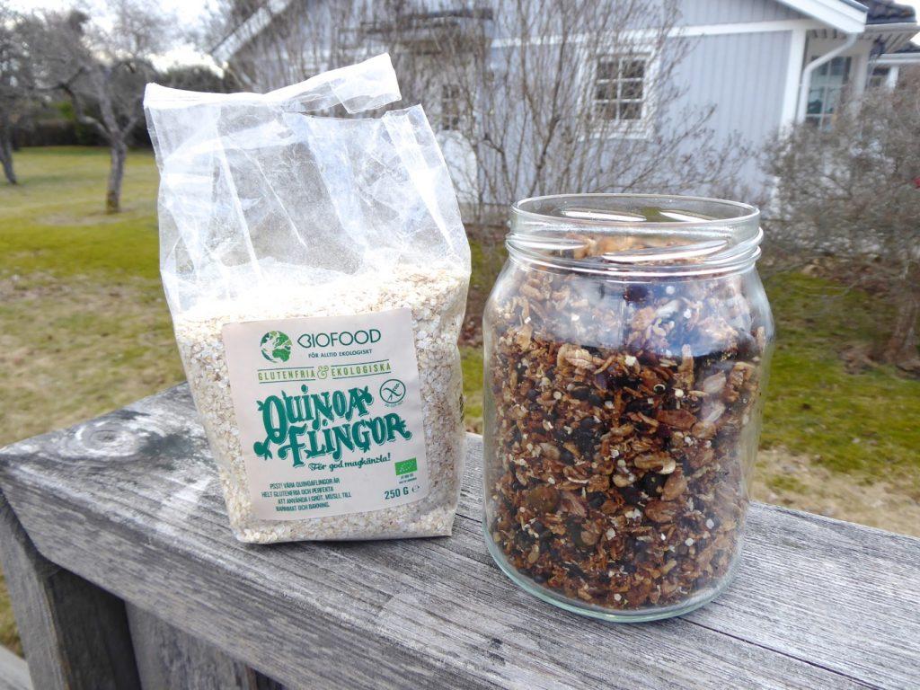 Knaprig granola med quinoaflingor och svarta linser.