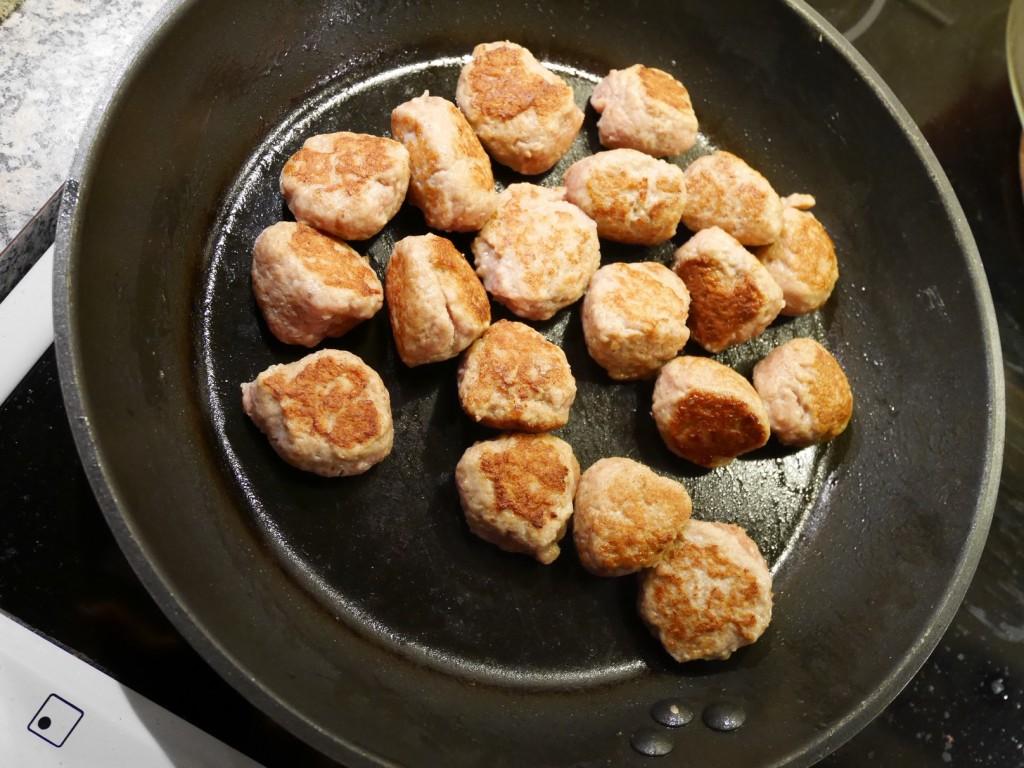 Stekning av kycklingköttbullar.