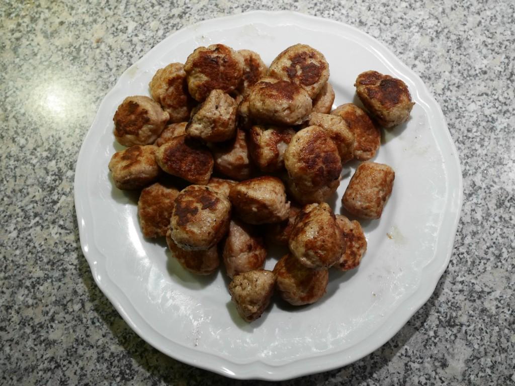 Färdiga kycklingköttbullar.