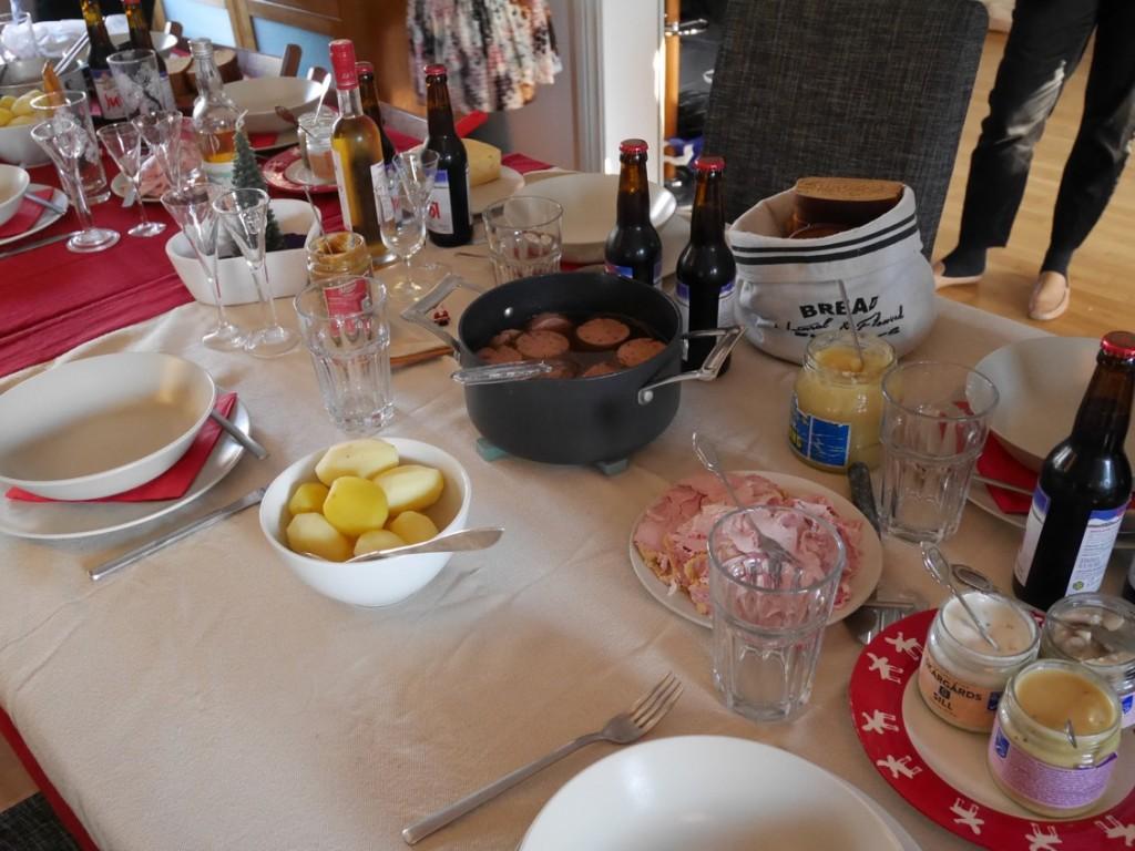 Dopp i grytan med julkorv, skinkstutar, sill, potatis och paté bjöds vi på till lunch.