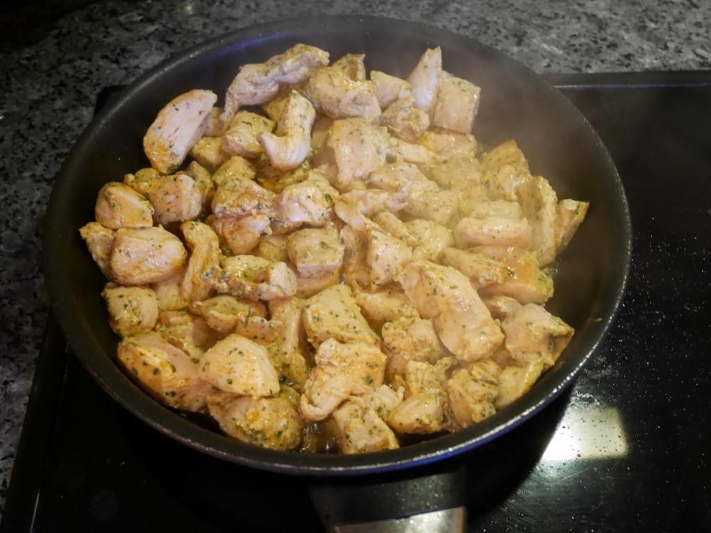 Jag bryner alltid kött, kyckling, färs, bacon etc innan tillagning då jag tycker det ger godare smak och struktur.