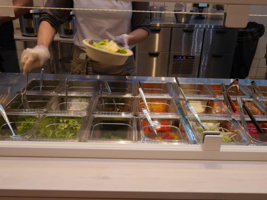 Maten läggs upp i skålen efter beställning