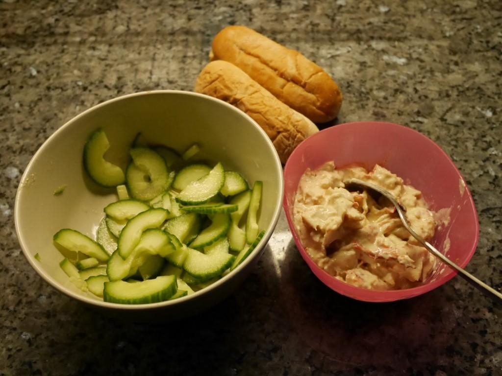 Hummerröra, picklad gurka och korvbröd.