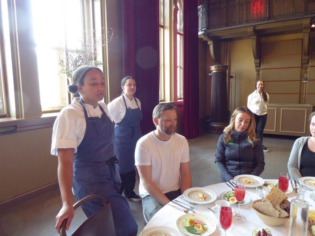 Marion och Linn som driver Garba presenterar det vi ska äta.