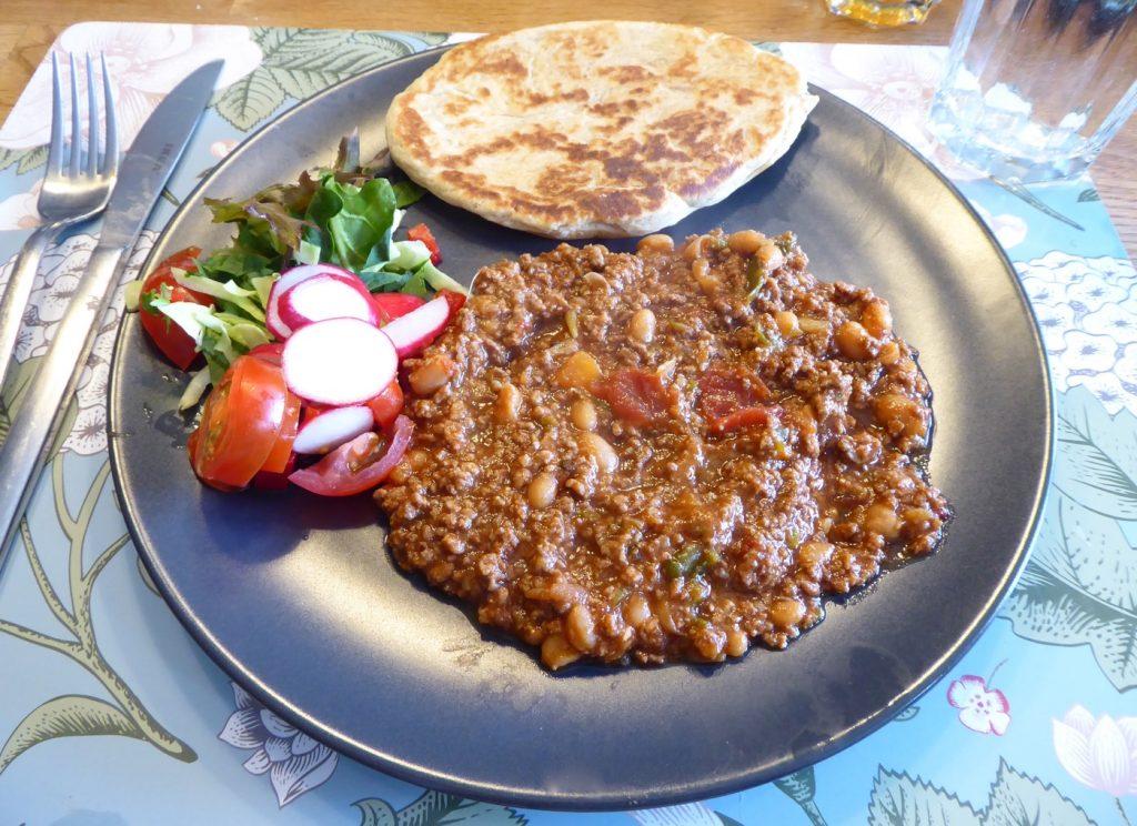 Chili con carne och naan.