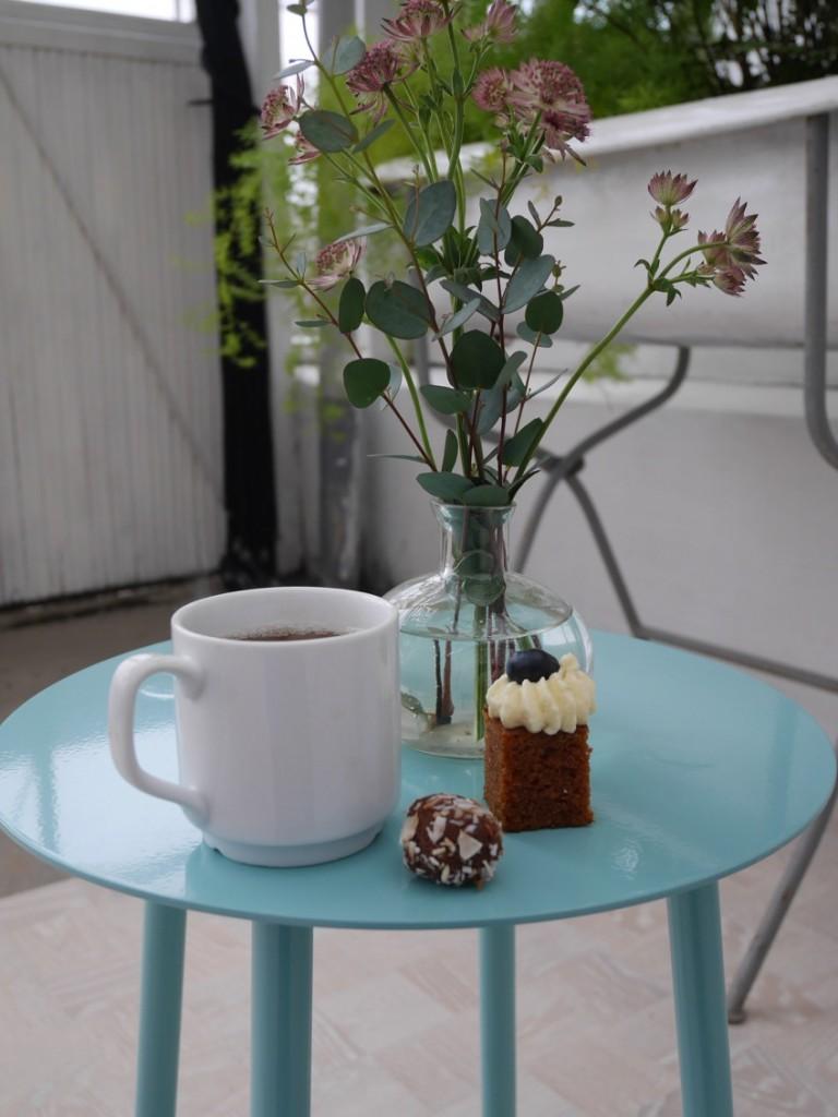 Te, morotskaka och chokladboll i härlig miljö.