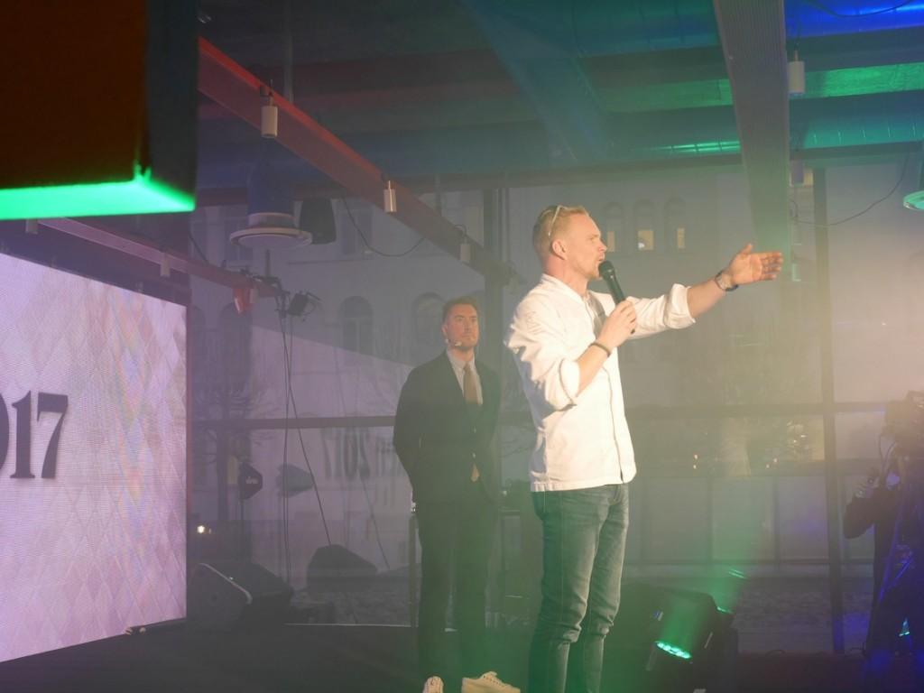 Jens Dolk som är en av ägarna av K-märkt presenterar kvällens dryck och mat.