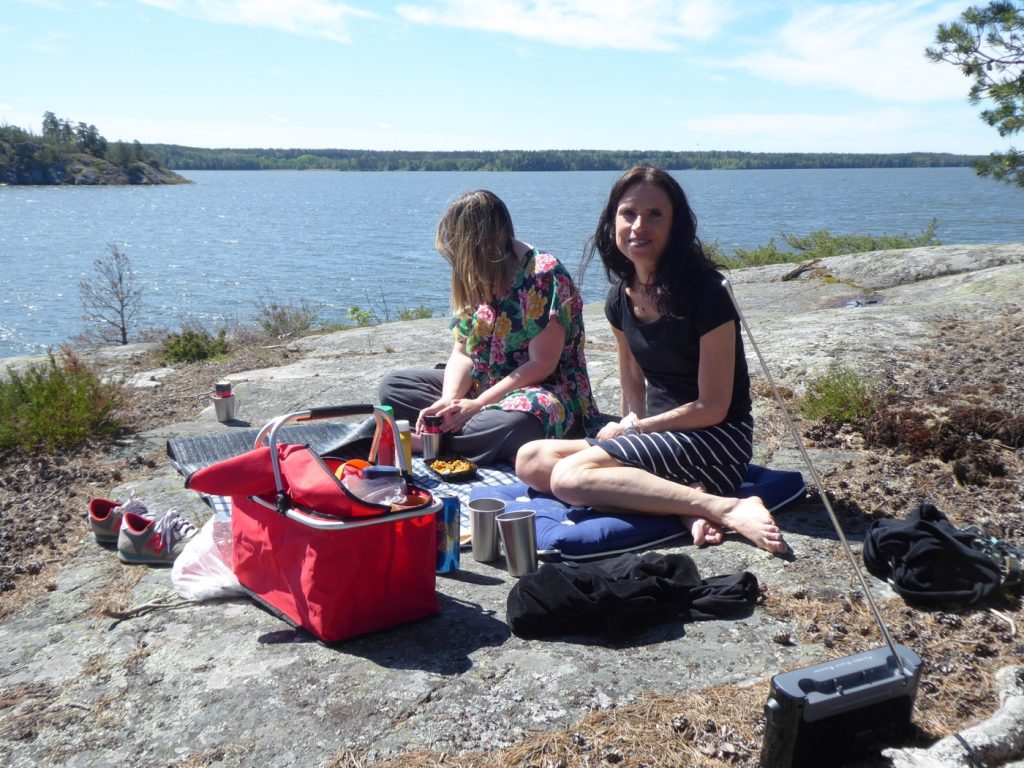 Hur mysigt är det inte att packa picknickkorgen och äta lunch på solvarma klippor?!