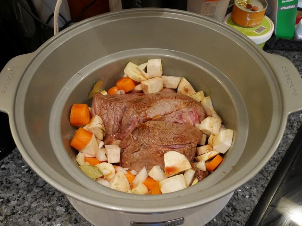 Lägg i rotsaker runtomkring köttet och häll på vin.