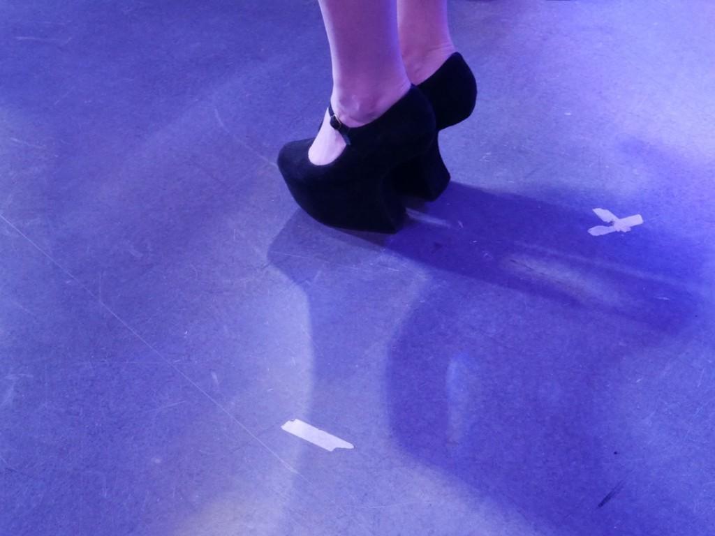 Kolla in skorna. Var är klacken???