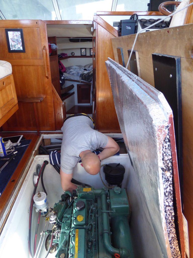 Mattias fixar med motorn.