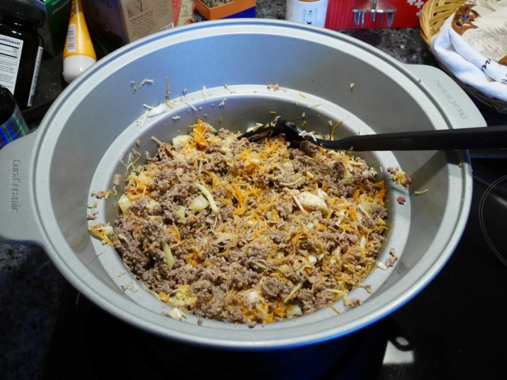 Bryn köttfärs, lök och rivna grönsaker.