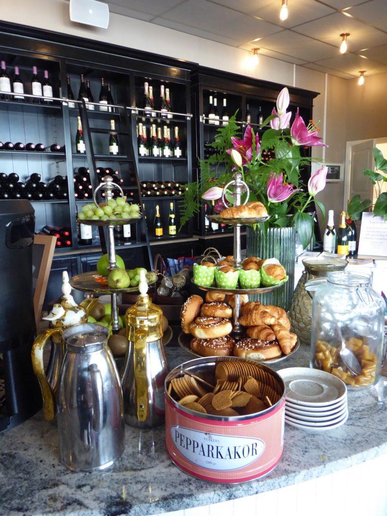 Snacks, frukt, bullar, te och kaffe ingår i logi-avgiften och finns tillgängligt dygnet runt.