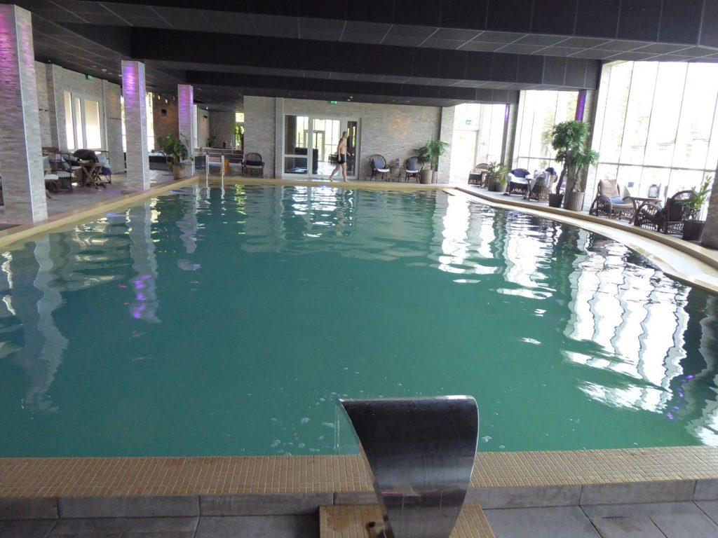 Stor härlig pool som man lätt kan ta en simtur i.