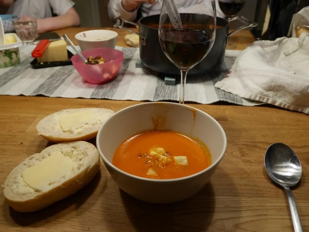 Tomatsoppa med halloumikrutonger
