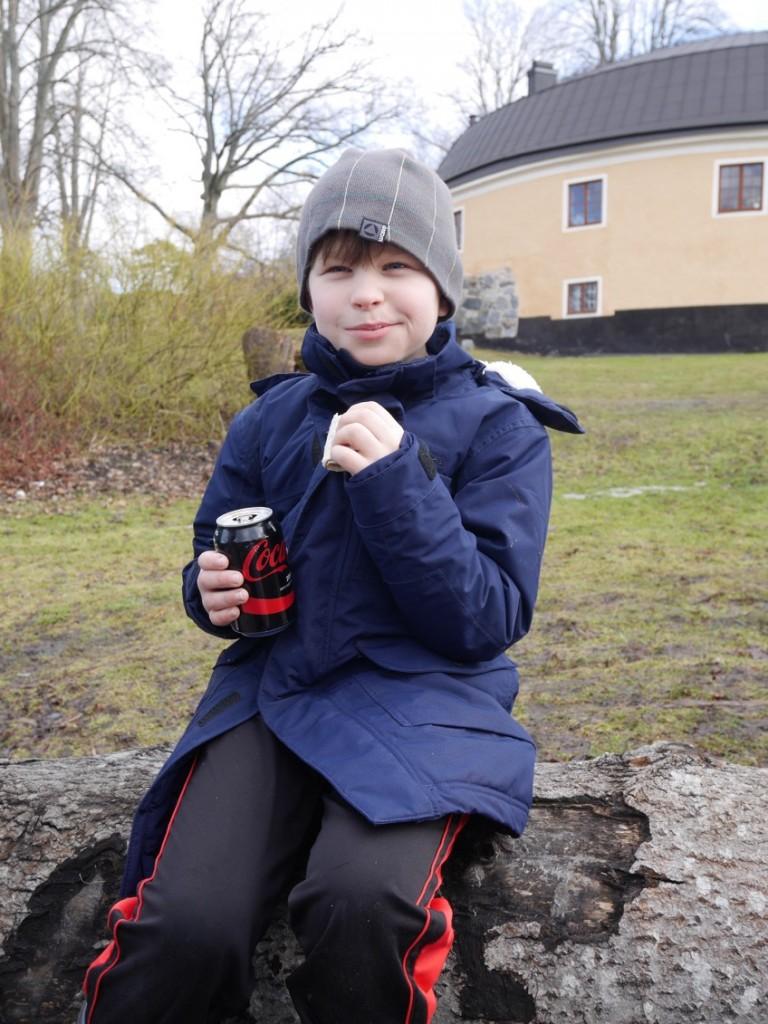 Gustaf äter med god aptit!
