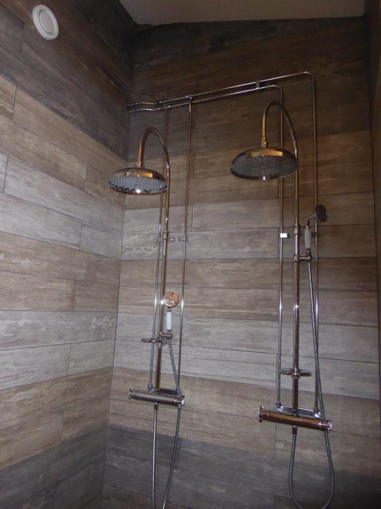 Dubbla duschar borde man ha hemma. Fast vi har ju dubbla badrum istället!