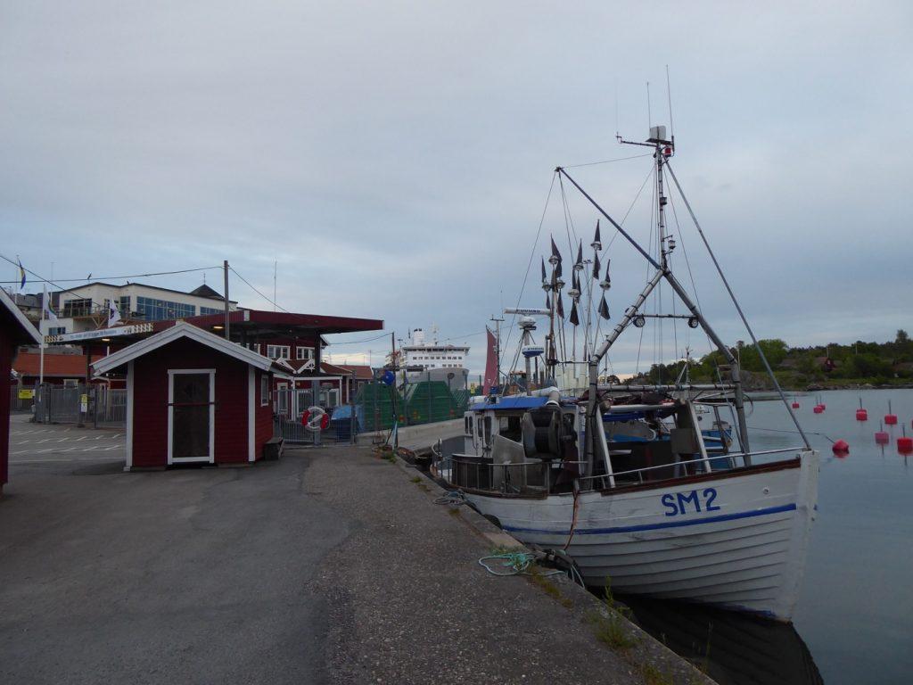 Små fiskebåtar som väntar på att åka ut och fiska.