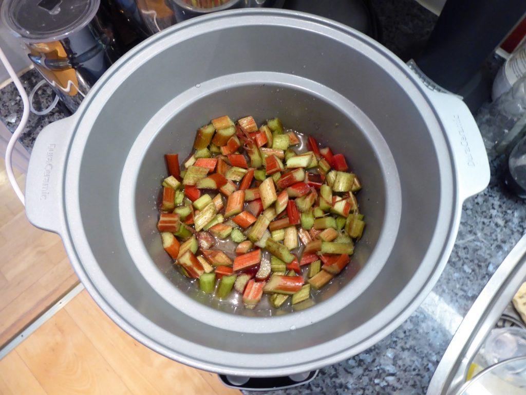 Skär rabarbern och lägg ner samtliga ingredienser i Crock Pot.