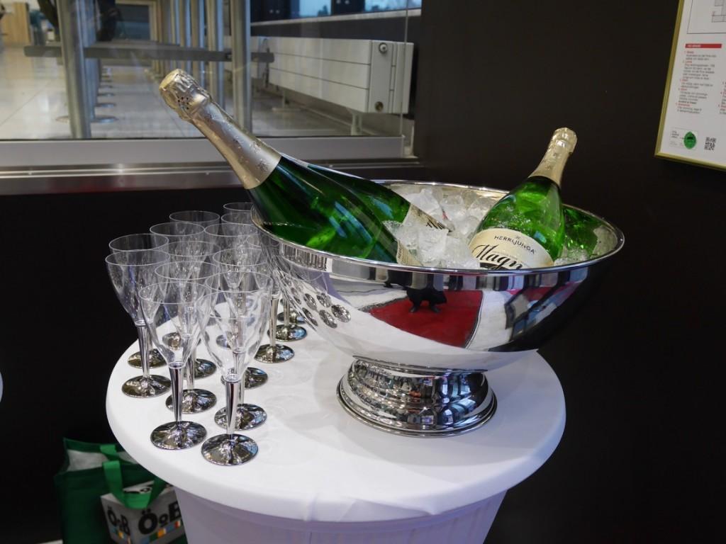 En ny burgare firas traditionsenligt med bubbel i glasen!