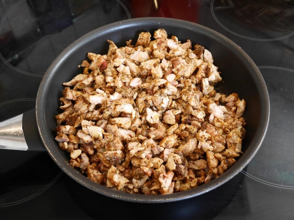 Skär kycklingen i mindre bitar för att lättare passa i de små tortillabröden.