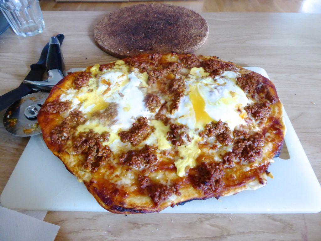 En riktigt krispig och god hemgjord pizza bakad på bästa pizzadegen.