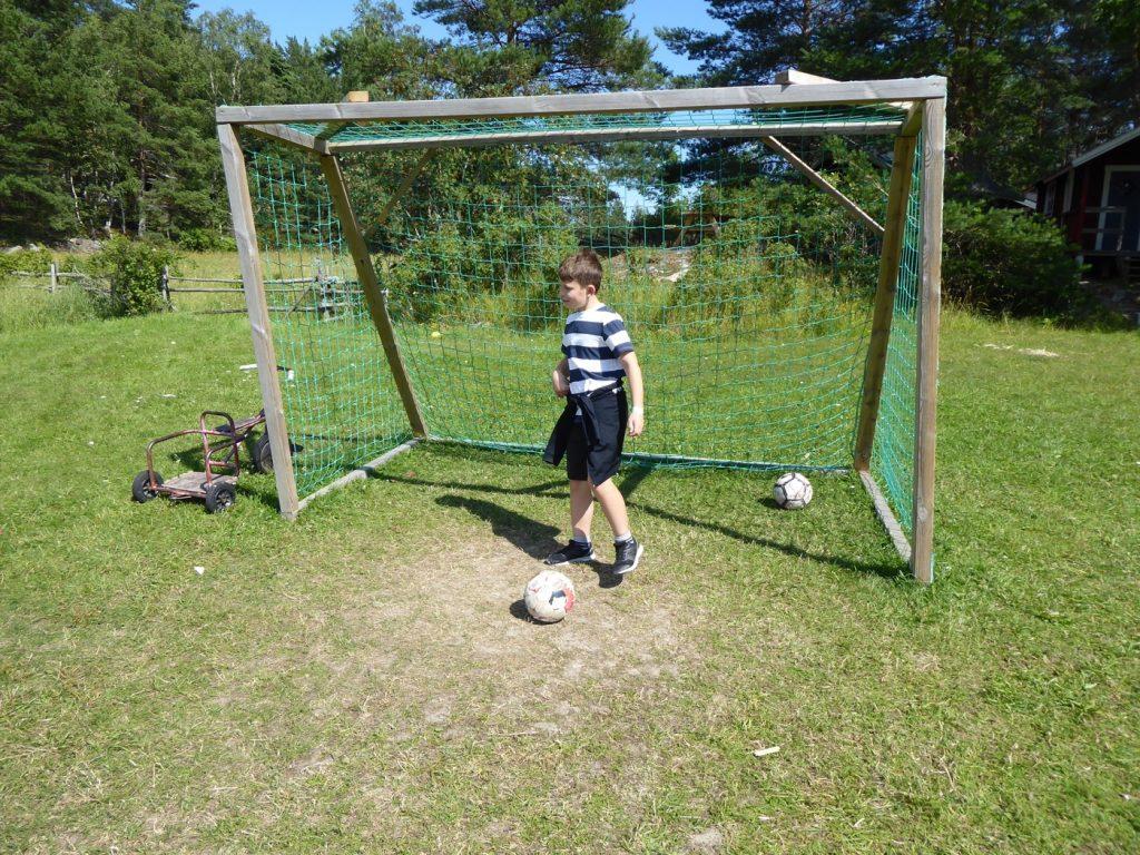 En fotbollsplan är perfekt för barn och vuxna som behöver röra på kroppen!