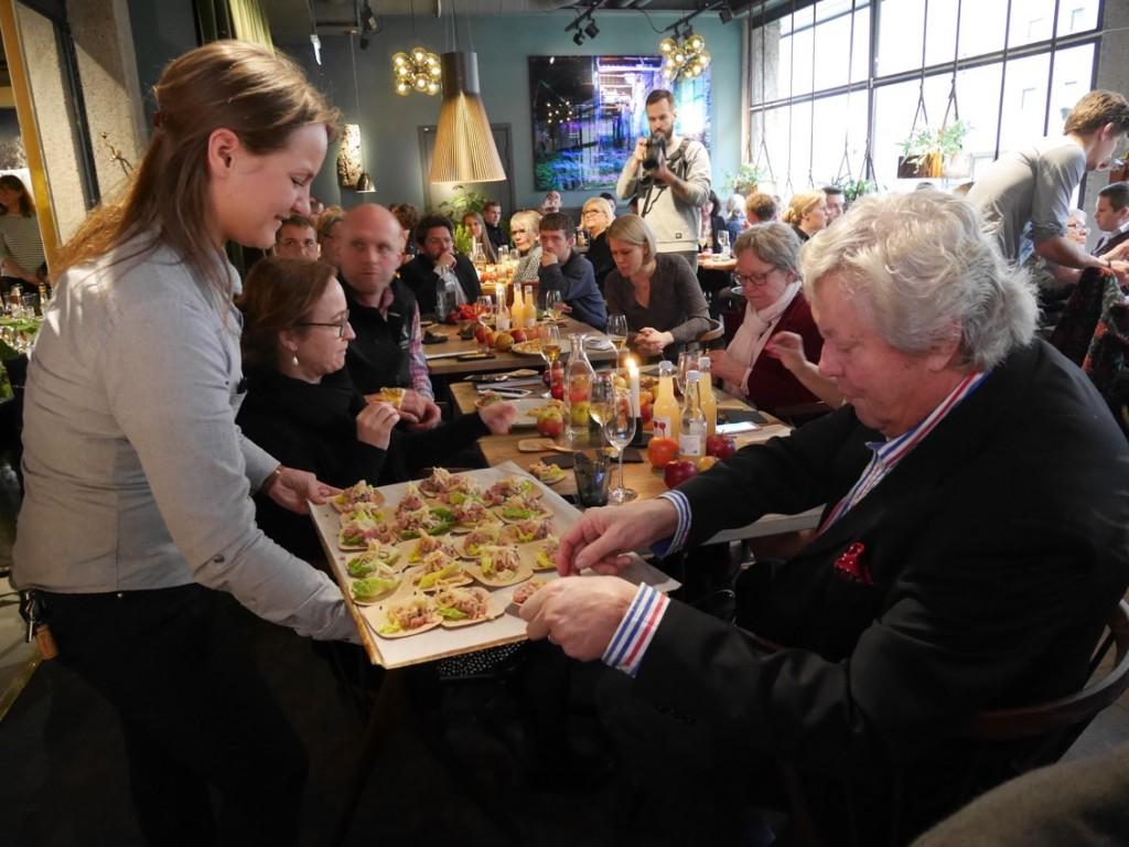 Gästerna tar för sig av all den goda maten.