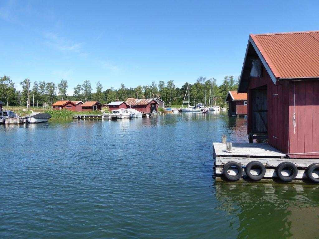 Mysiga röda små båthus.