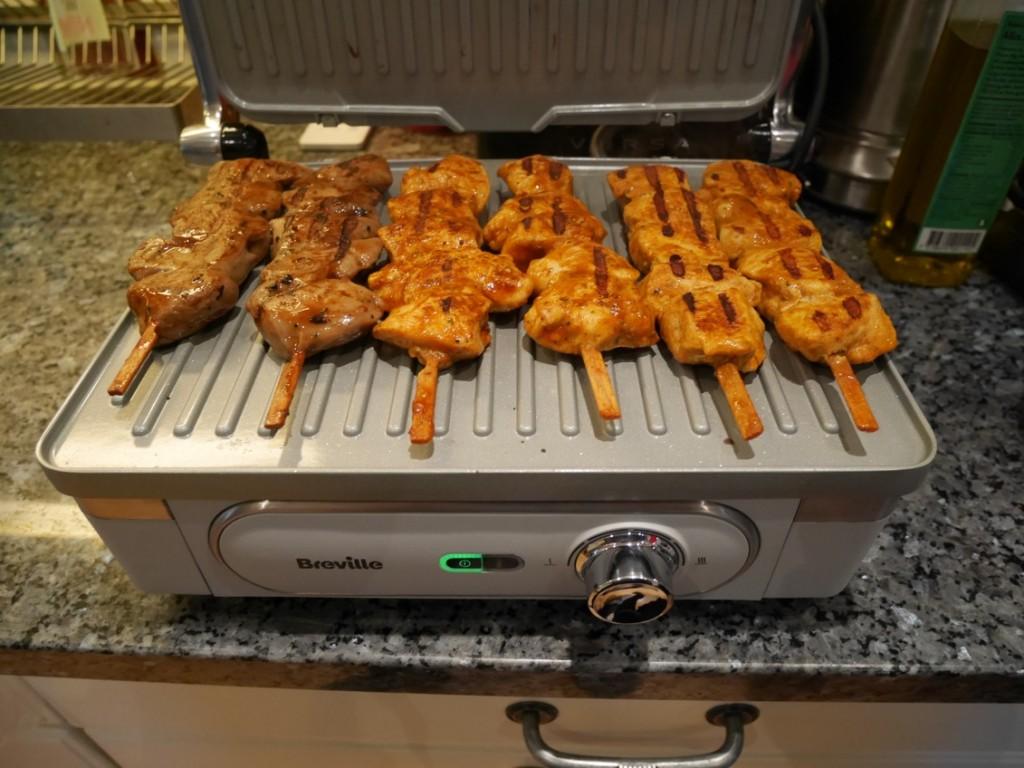 Kycklingspett grillas på min nya bordsgrill - Breville Ultimate bordsgrill