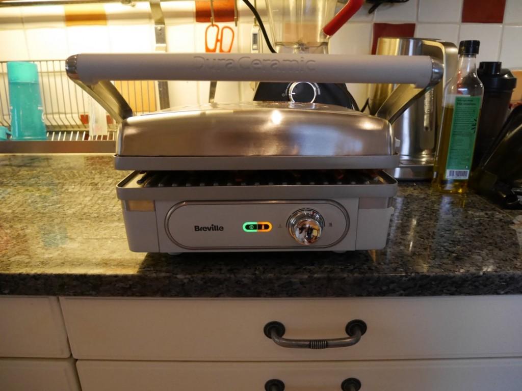Antingen stänger man locket och slipper vända, eller så har man grillen helt öppen och kan då grilla mer på en och samma gång.