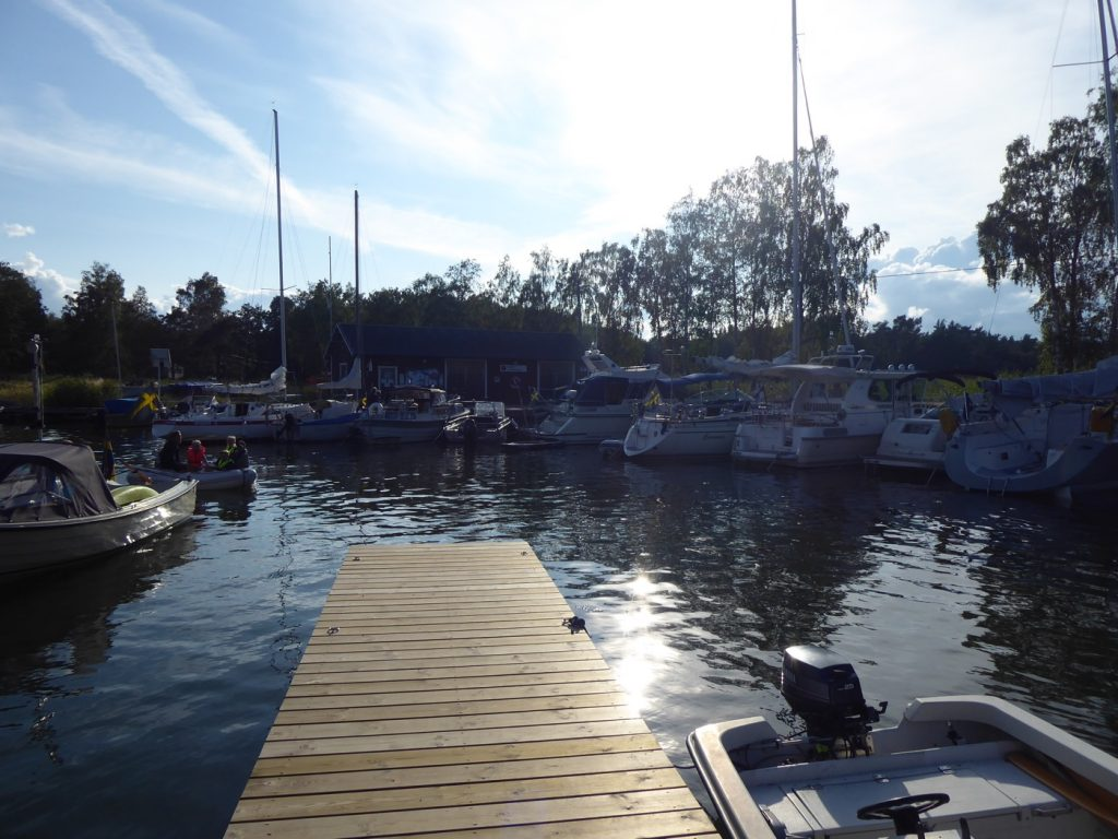 Många båtar vid bryggan.