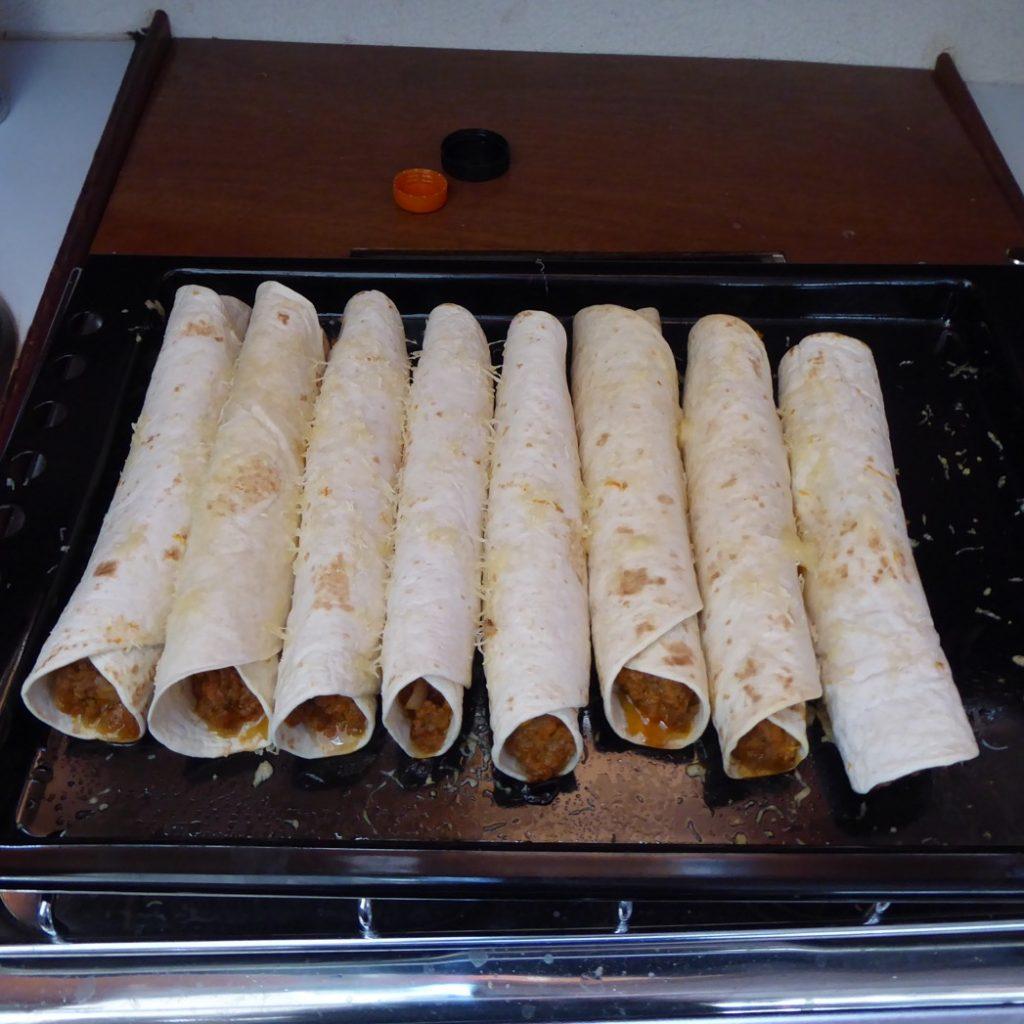 Färdiga enchiladas redo att serveras.