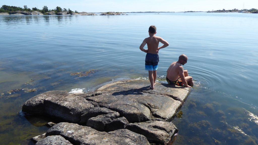 Bra badmöjligheter på båda sidor om ön.