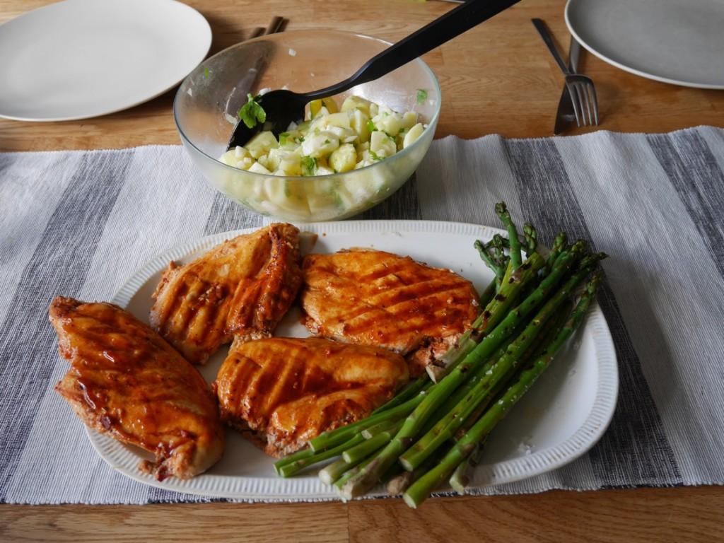 Kyckling, sparris och fransk potatissallad.