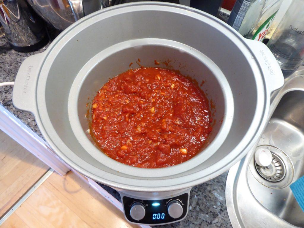 Först tomatsås...