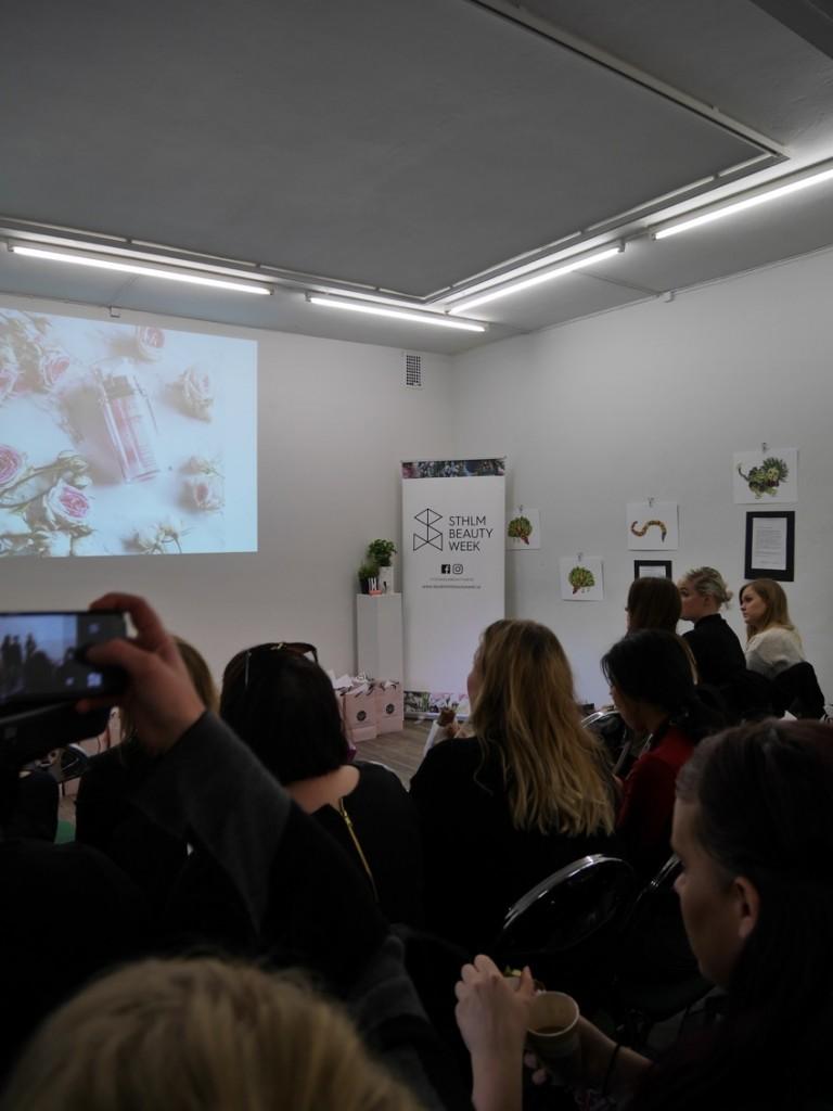 60 skönhetsintresserade journalister och bloggare samt ca 50 utställare i en och samma lokal.