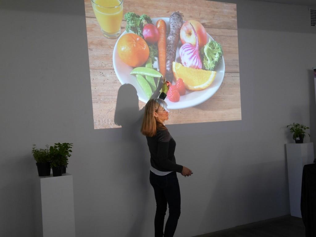 Nutritionsexperten Elisabet Rytter från Livsmedelsföretagen visar hur mycket 500 g frukt och grönt egentligen innebär.