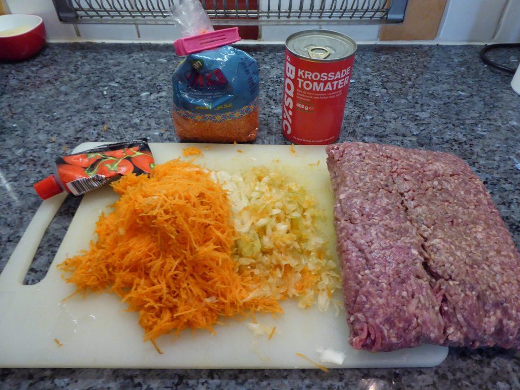 Hälften kött, hälften linser, grönsaker och rotfrukter.