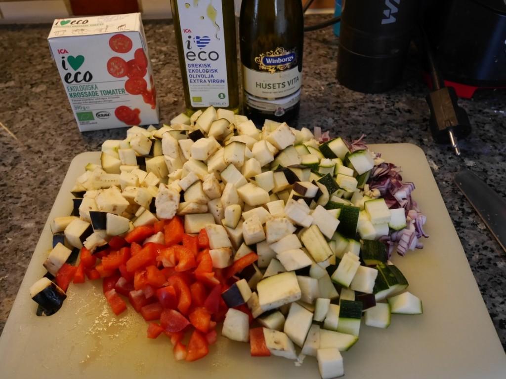 Hacka och tärna alla grönsaker.