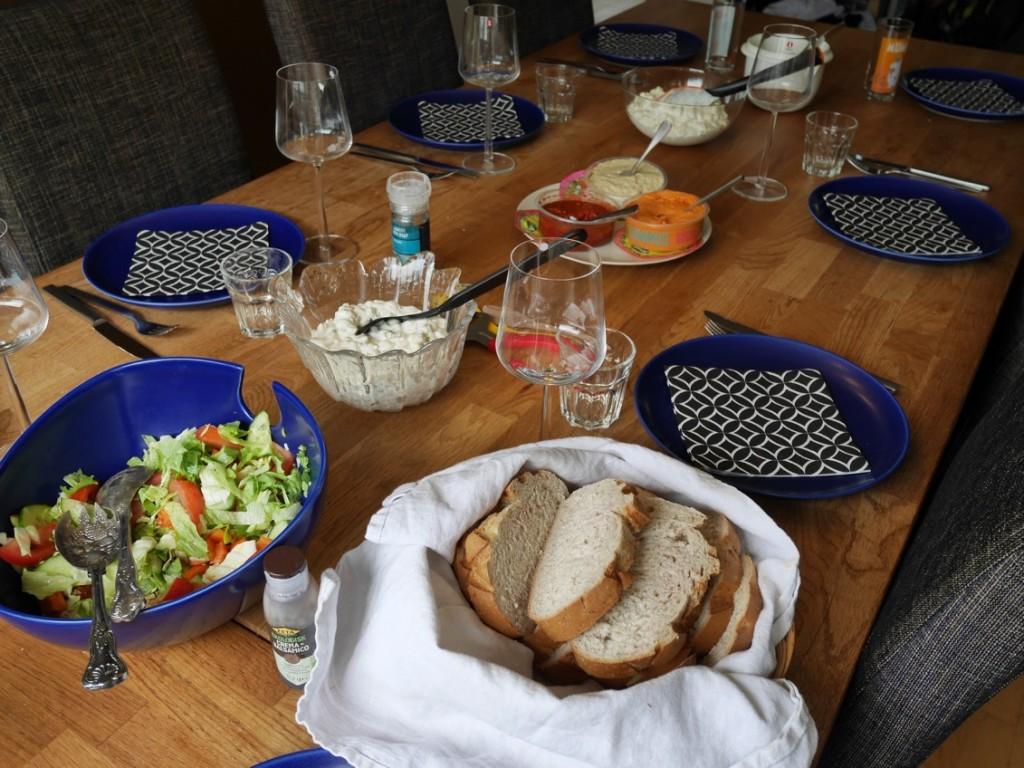 Nybakat bröd, sallad och potatissallad blir perfekta komplement till kycklingspetten och rörorna.