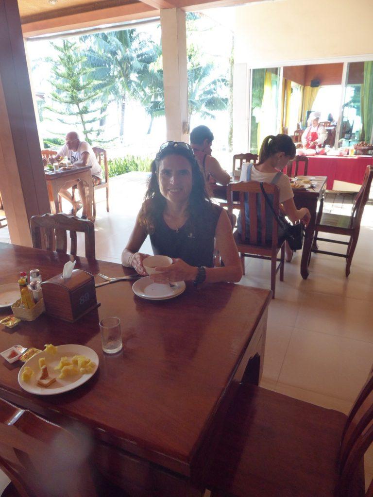 Frukost inne på hotellets restaurang.