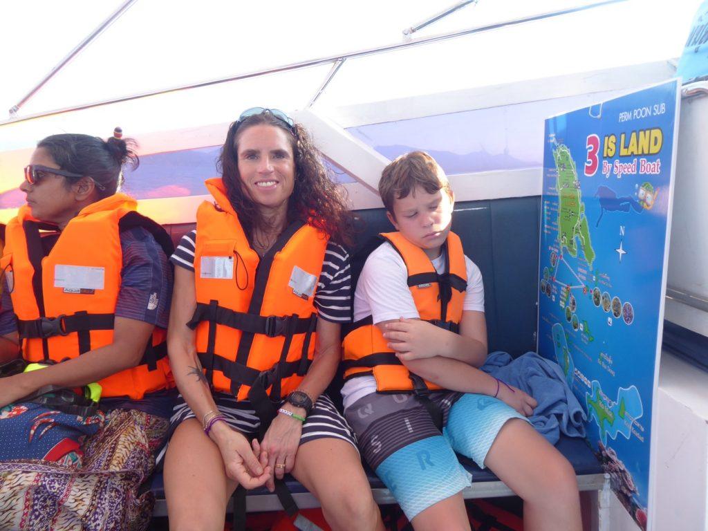 Vi valde en halvdagstur med speedboat som går till tre olika öar.